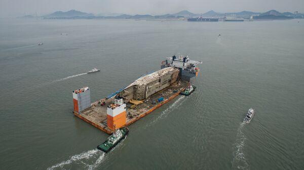 Доставка южнокорейского парома Севол в порт Мокхпо. Архивное фото