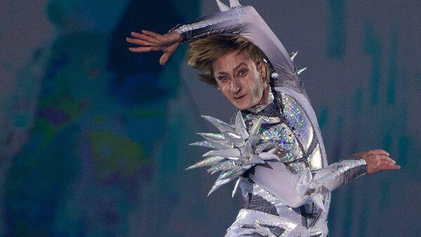 Фигурист Евгений Плющенко в роли Снежного Короля выступает на закрытом премьерном показе шоу Снежный король режиссера Алексея Голубева во Дворце спорта Лужники в Москве