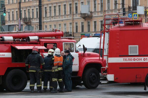 Сотрудники пожарной службы МЧС РФ у станции метро Технологический институт в Санкт-Петербурге, где произошел взрыв