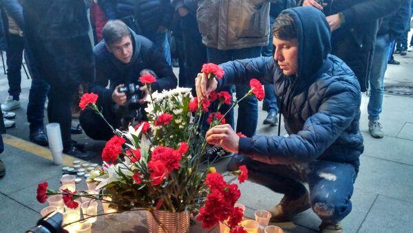Цветы и свечи в память о погибших во время взрыва у станции Сенная площадь в Петербурге