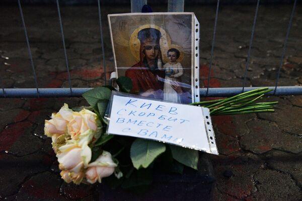 Цветы у посольства РФ в Киеве в память о погибших в результате взрыва в метро Санкт-Петербурга