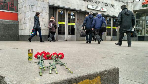 Цветы возле станции метро в Санкт-Петербурге. 4 апреля 2017