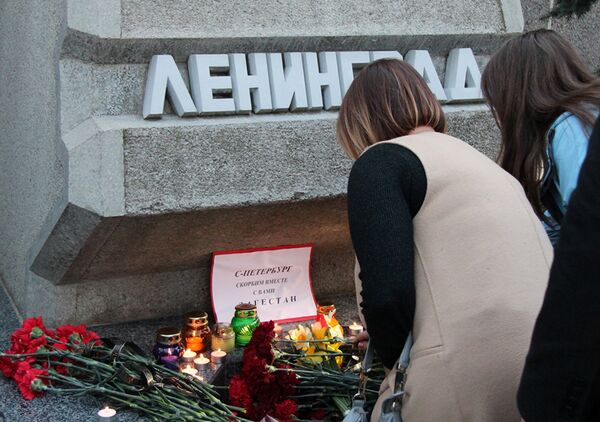 Участники акции памяти по погибшим в результате взрыва в метро Санкт-Петербурга в Севастополе