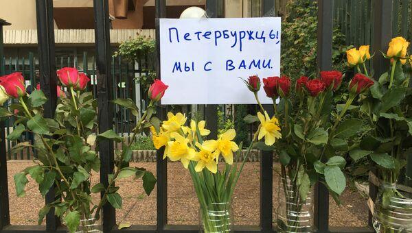 Цветы у посольства России в Париже