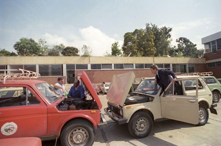 Автомобили Нива в центре техобслуживания автомобилей в Эфиопии