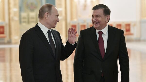 Президент РФ Владимир Путин и президент Узбекистана Шавкат Мирзиеев во время прогулки по Большому Кремлевскому дворцу. 5 апреля 2017 года