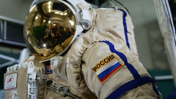 Скафандр для работы в открытом космосе весит около 100 килограмм, что требует от кандидатов в космонавты отличной физической формы.