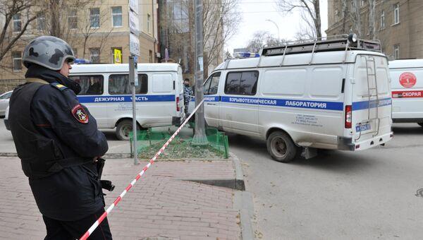 Сотрудник полиции на месте взрыва у школы в Ростове-на-Дону. 6 апреля 2017
