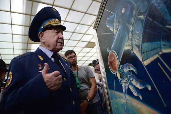 Космонавт Алексей Леонов на церемонии передачи своей картины Третьяковской галерее