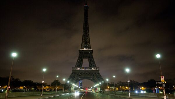 Вид на Эйфелеву башню в Париже, иллюминация которой была отключена. Архивное фото