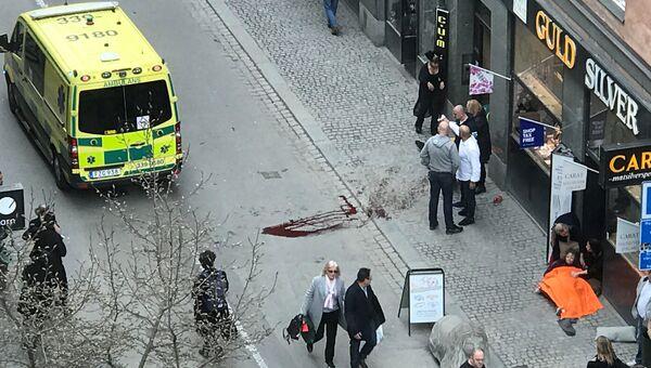 Скорая помощь на улице Дроттнинггатан в Стокгольме после наезда грузовика на людей. 7 апреля 2017