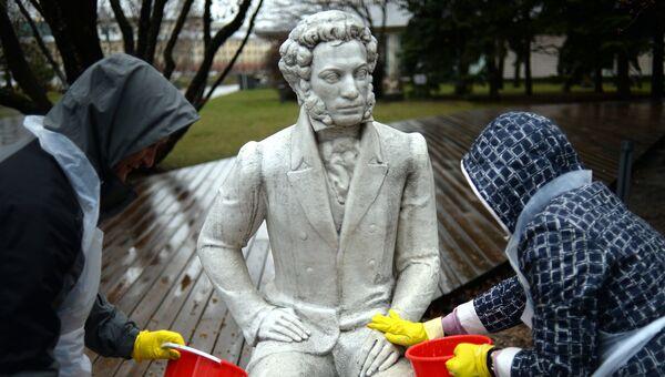 Жители Москвы принимают участие в общегородском субботнике в Парке искусств Музеон