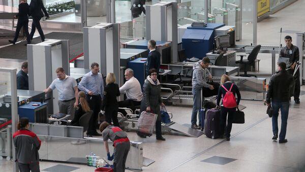 Зона досмотра пассажиров в аэропорту Домодедово. Архивное фото