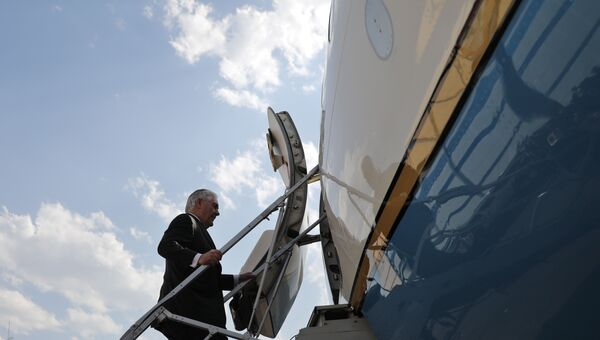 Государственный секретарь США Рекс Тиллерсон поднимается по трапу самолета. Архивное фото