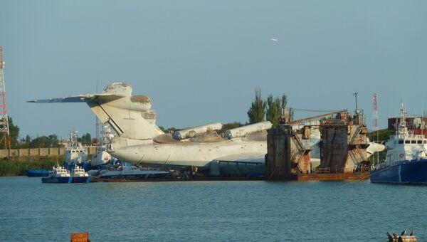Советский экраноплан Лунь в Каспийске, 2010 год