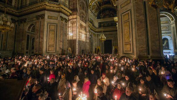 Прихожане на пасхальном богослужении в Исаакиевском соборе в Санкт-Петербурге