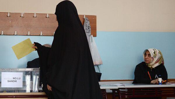 Жительница Стамбула во время голосования на одном из избирательных участков города. В Турции проходит референдум по поправкам в Конституцию, предусматривающих переход на президентскую систему правления