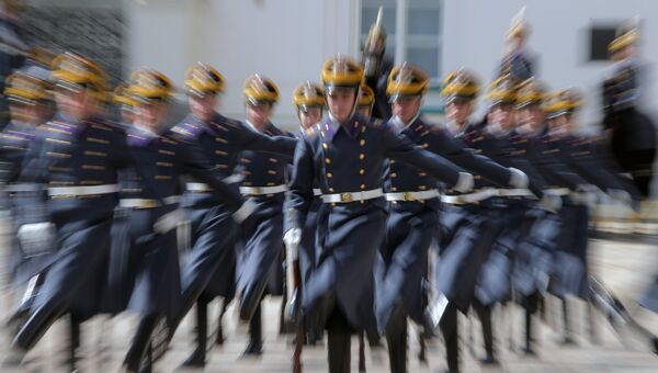 Военнослужащие Президентского полка во время первой в этом году церемонии развода пеших и конных караулов на Соборной площади Московского Кремля