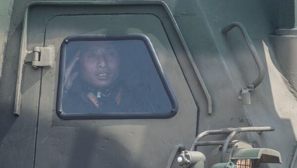 Военнослужащий во время военного парада в КНДР. Архивное фото
