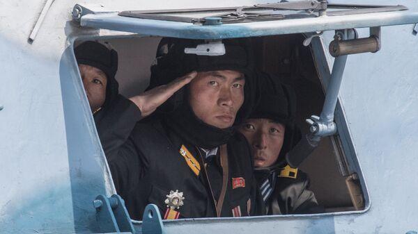 Военнослужащие во время военного парада, приуроченного к 105-й годовщине со дня рождения Ким Ир Сена, в КНДР