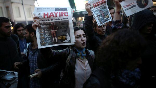 Антиправительственные демонстранты во время акции протеста после референдума. Турция, 17 апреля 2017