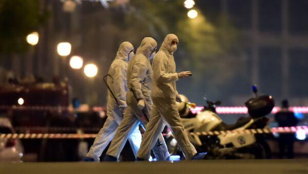 Эксперты-криминалисты на месте взрыва бомбы в офисе Eurobank в Афинах