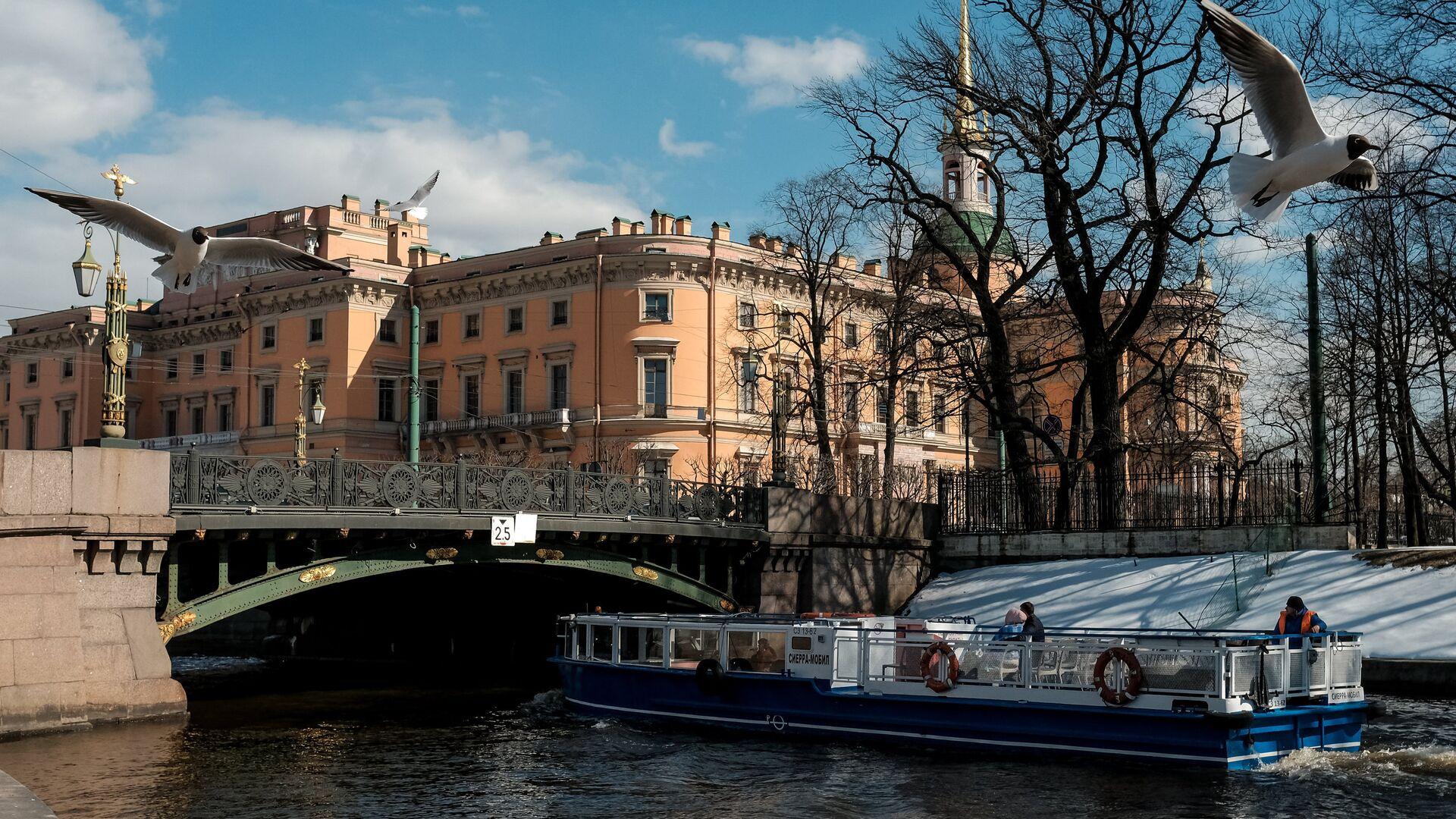 Прогулочное судно на реке Мойка в Санкт-Петербурге - РИА Новости, 1920, 17.02.2021