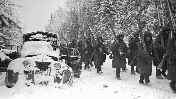 Ленинградский фронт. Лыжный батальон на марше в районе города Тихвин. Декабрь 1941 года