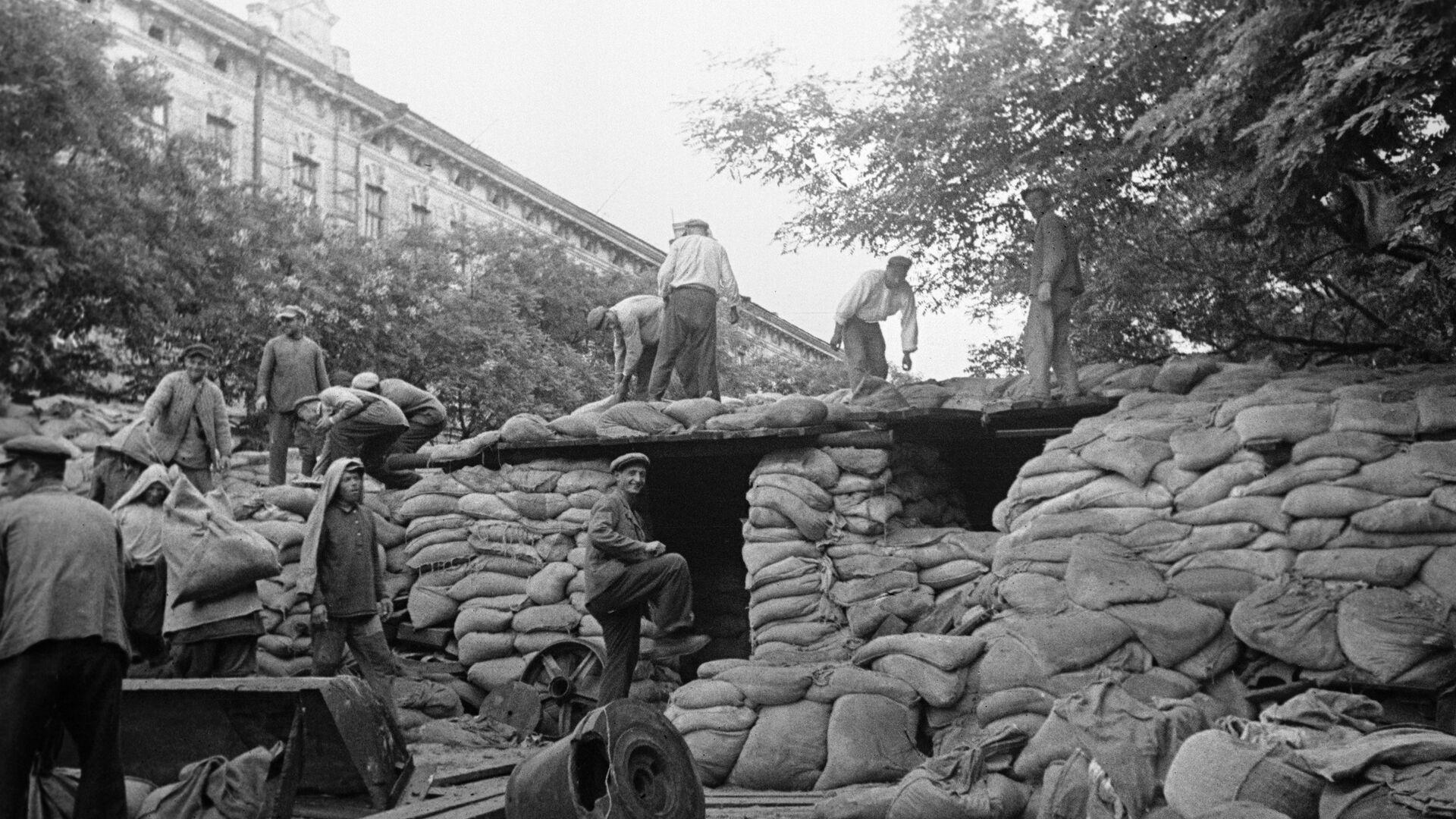 Жители Киева готовятся к обороне. Сентябрь 1941 года  - РИА Новости, 1920, 23.07.2021