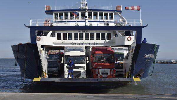 Грузовые автомобили на пароме в порту Крым на Керченском проливе. архивное фото