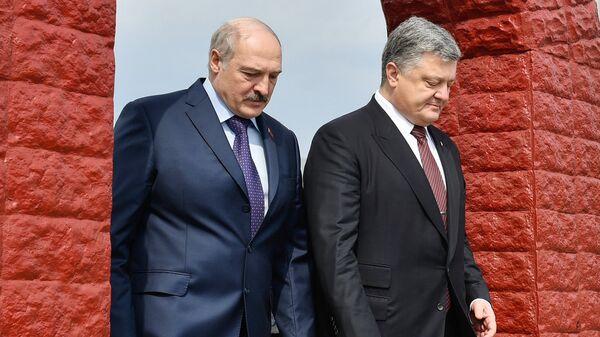 Президент Украины Петр Порошенко и президент Белоруссии Александр Лукашенко на территории мемориального комплекса возле ЧАЭС. 26 апреля 2017