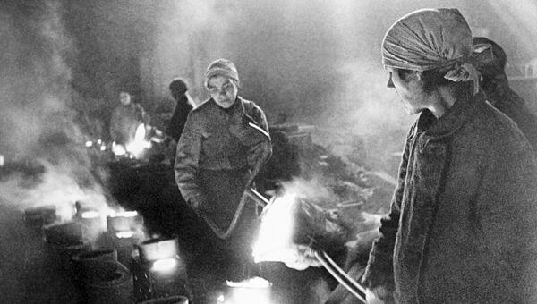 Женщины на заводе льют металл. Блокада Ленинграда