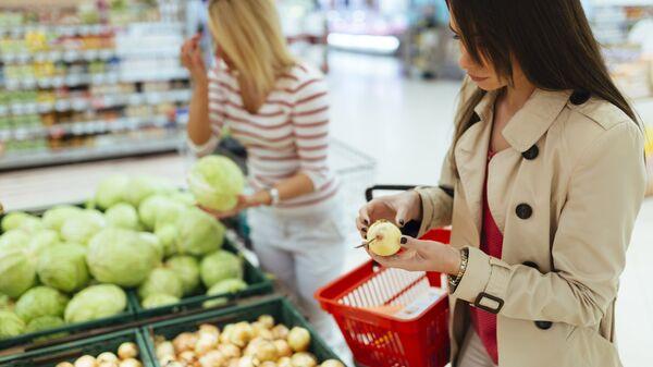 Девушки покупают продукты в супермаркете