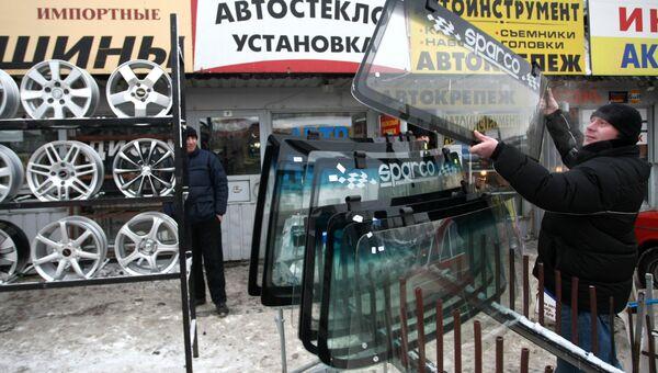 Мужчина выбирает автомобильное стекло