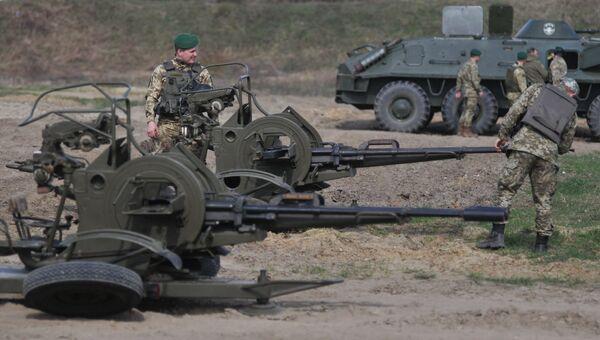 Военнослужащие во время стрельб из спаренной зенитной установки а Яворивском военном полигоне во Львовской области