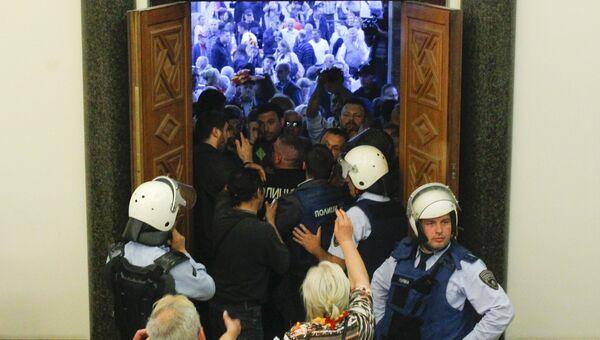 Протестующие ворвались в здание парламента Македонии