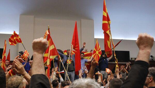 Протесты в здании парламента Македонии после назначения спикером албанца Талата Джафери