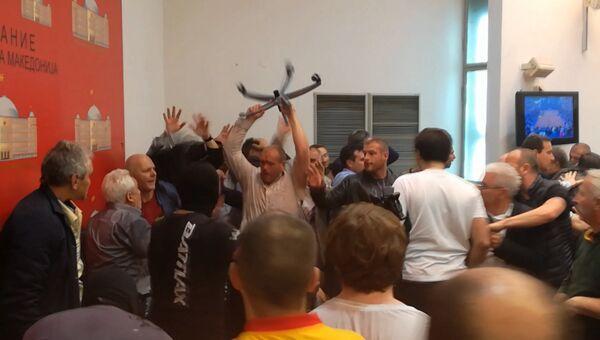 Протестующие македонцы вошли в здание парламента и устроили драку с депутатами