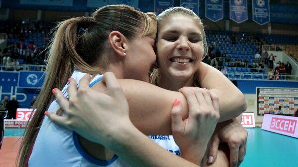 Волеболистки Динамо(Москва) Екатерина Любушкина (слева) и Наталья Кроткова радуются победе на чемпионате России