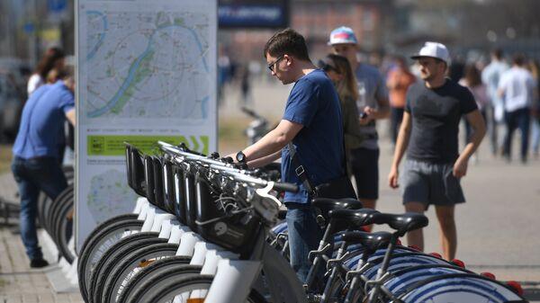 Москвичи возле велопарковки. Архивное фото