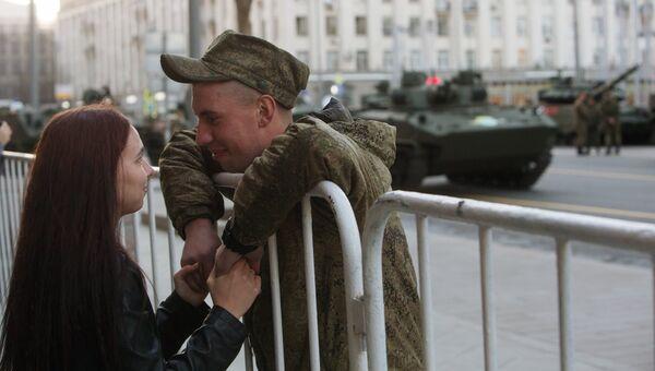 Военнослужащий с девушкой во время прохода военной техники по Тверской улице перед репетицией парада Победы на Красной площади