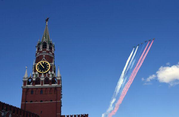 Штурмовики Су-25 БМ пролетают над Красной площадью во время репетиции воздушной части парада Победы