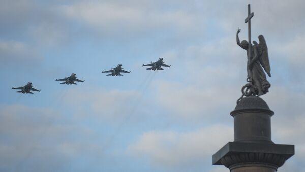 Истребители-бомбардировщики Су-34 в небе над Дворцовой площадью Санкт-Петербурга во время тренировки воздушной части парада Победы. 3 мая 2017