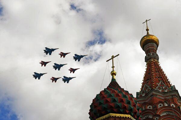 Многоцелевые истребители Су-30СМ пилотажной группы Русские витязи и МиГ-29 пилотажной группы Стрижи пролетают над Красной площадью во время репетиции воздушной части парада Победы