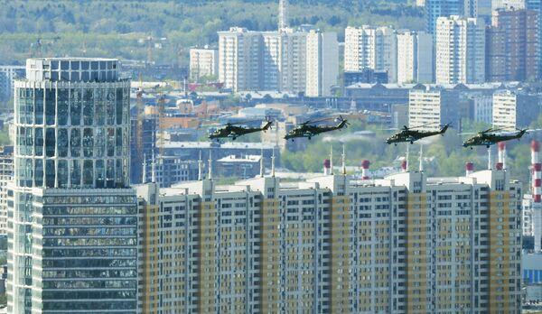 Ударные вертолеты Ми-35 на репетиции воздушной части парада Победы в Москве