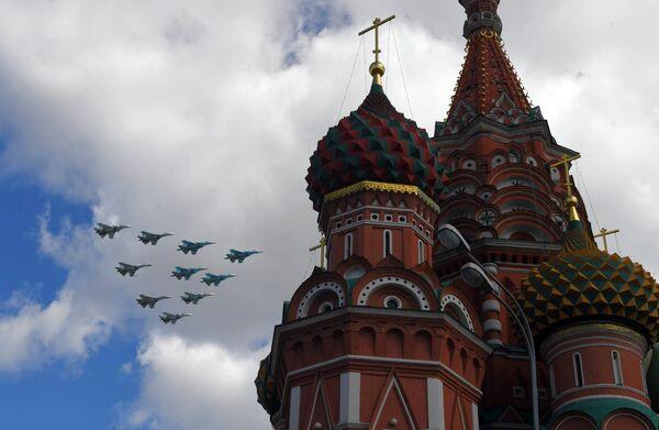 Истребители Су-35, Су-27 и Су-34 пролетают над Красной площадью во время репетиции воздушной части парада Победы