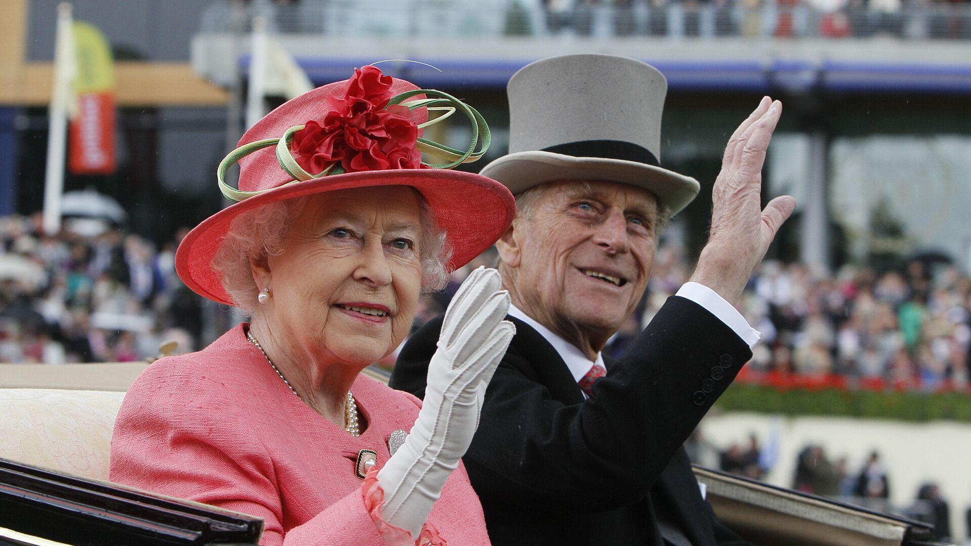 Королева Великобритании Елизавета II и принц Филипп прибыли на скачки Royal Ascot в Аскоте - РИА Новости, 1920, 17.02.2021