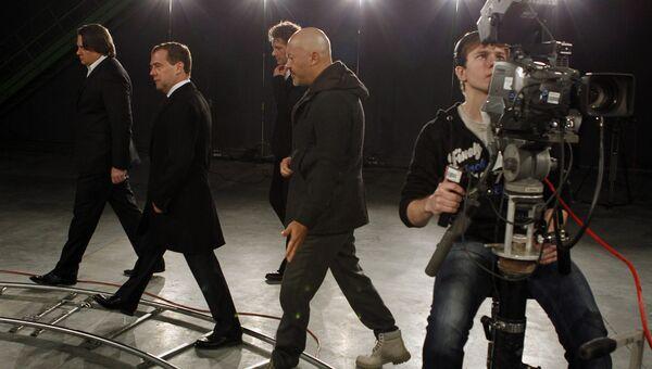 Президент России Дмитрий Медведев с создателями фильма Август. Восьмого осматривает кинотелевизионный комплекс Главкино. 2008 год