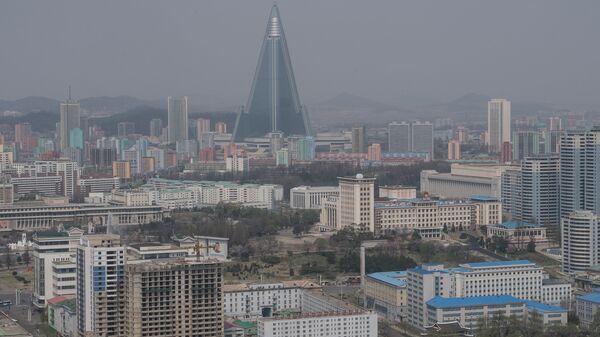 Вид на гостиницу Рюгён и жилые кварталы Пхеньяна. Архивное фото