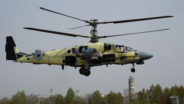 Вертолет Ка-52 Аллигатор во время демонстрационного полета на авиационном заводе Прогресс в Приморском крае